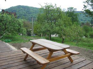 Pohled na terasu se stolem